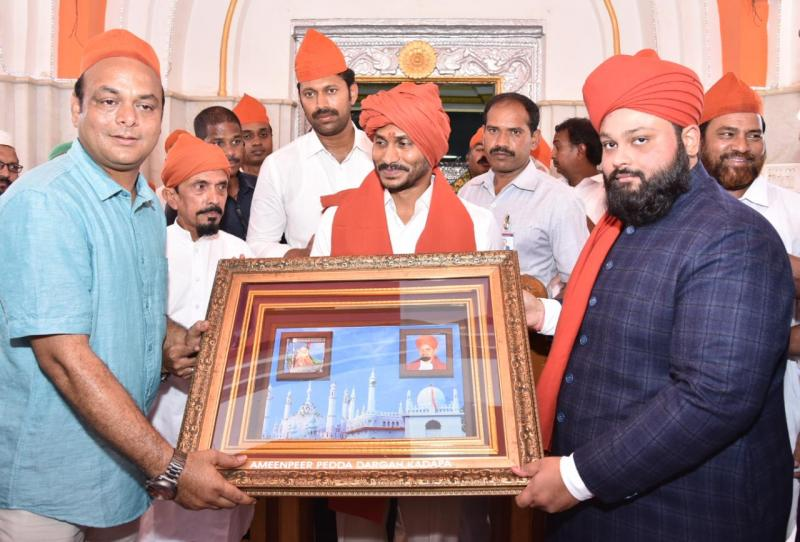 YS Jagan Offers chadar at Kadapa Ameen Peer Dargah
