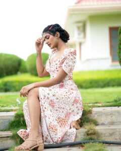 Actress Eesha Rebba New Insta Pics 4 | Telugu Rajyam